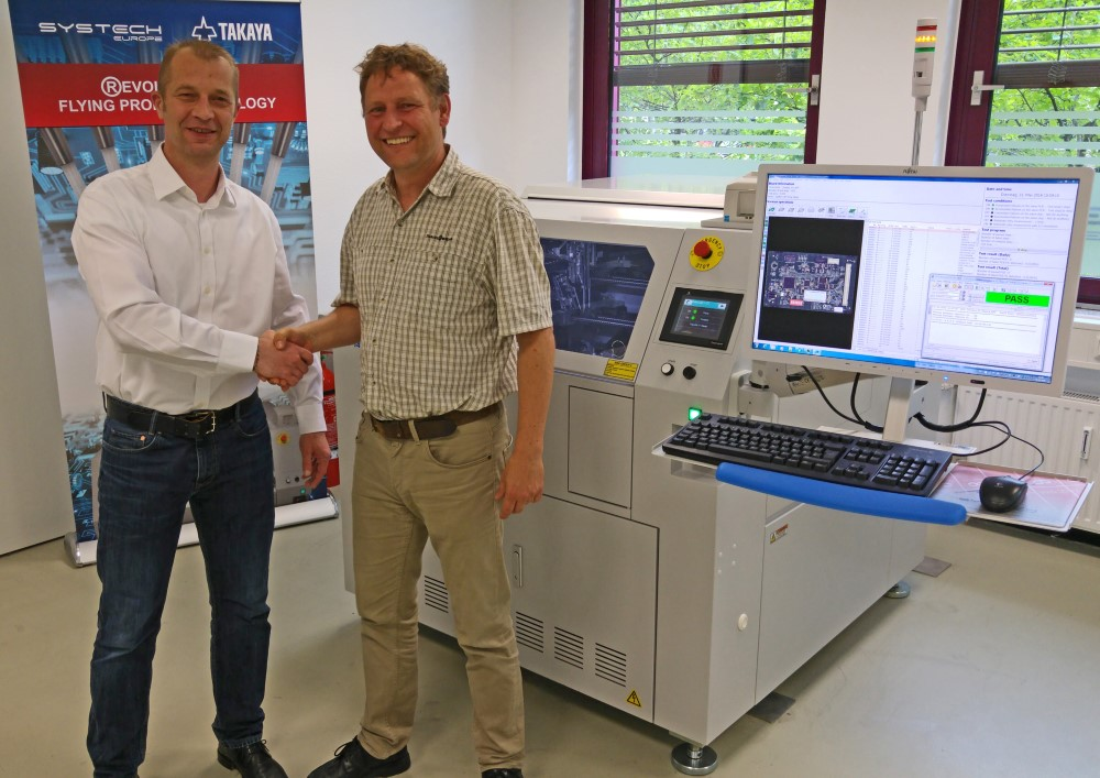 Boris Opfer (left, SYSTECH Europe) and Alexander Beck (right, GÖPEL electronic) implement the integration of the Boundary Scan in the Flying Probe Test system APT-1400F